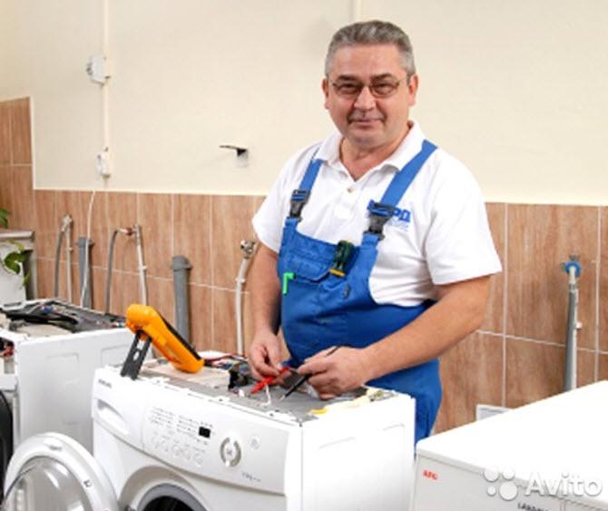 мастер из сервис-центра по ремонту стиральных машин